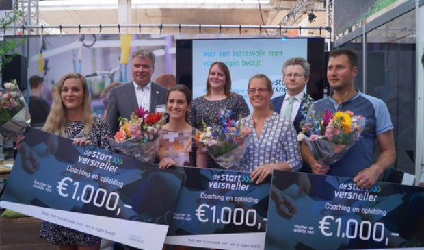 V.l.n.r. achterste rij: Peter Hendriks (KvK), Daisy Vliegenthart-Goedhart, Michiel Scheffer, v.l.n.r voorste rij: Lysanne Bekker en Marloes Aanstoot, Marieke VanThoor en Rick Harmsen.