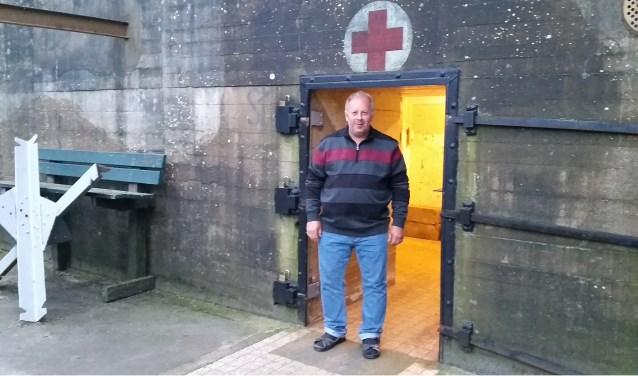 John Daane voor de hospitaalbunker in de duinen bij Dishoek. Het bunkercomplex is een uniek onderdeel van de Atlantikwall. Vanaf 5 mei worden er rondleidingen gegeven in zes bunkers. Foto: Conny den Heijer
