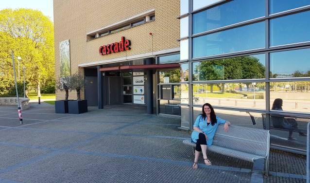 """Nancy van de Ruit voor Cultureel Centrum Cascade waar op 16 mei de eerste bijeenkomst plaats vindt van het Menopauze café met als thema 'Opvliegers'. Nancy is blij met de ruimte, die Cascade haar biedt. """"Ik ben directeur Joop Bijl zo dankbaar voor zijn aanbod!"""""""