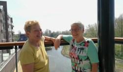 Ina Nieuwstraten(links) en Anne van Vliet kunnen weer lachen. Zij kunnen de Vlaardingse senioren, na het schrappen van de mid-weekse vakanties, toch weer dagtripjes aanbieden. (Foto: Peter Spek)