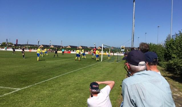 In de tweede helft bestookt BVCB het doel van c.v.v. Berkel. Zonder enig resultaat. BVCB blijft strijden om het kampioenschap. Foto: GvL.