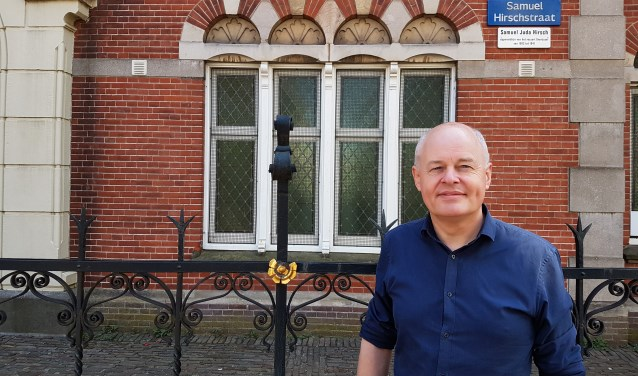 Jaap Hagedoorn, voorzitter van de Stichting Stolpersteine Zwolle, voor de synagoge aan de Samuel Hirschstraat . (foto: Alie de Vries)