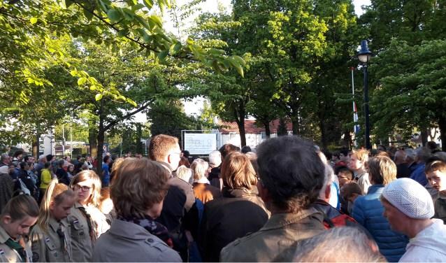 Een zeker duizendkoppige menigte herdenkt in het Bart van Elstplantsoen wat nooit vergeten mag worden.