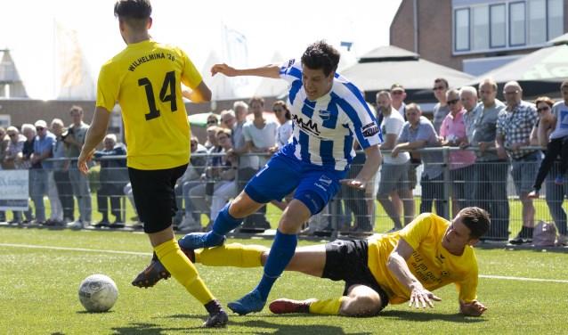 Felle duels om de bal tijdens de eilandderby tussen Almkerk en Wilhelmina'26. Verdediger Thomas Blankers werd met zijn treffer de groe man bij de thuisclub. Foto: PPM / Jan Noorlandt.