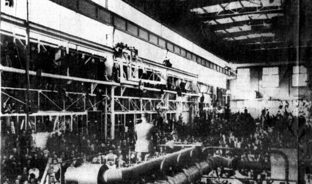 Op 20 mei 1943 spreekt Seyss-Inquart in de grote stelplaats van machinefabriek Stork het personeel toe naar aanleiding van de staking. Ook arbeiders van andere bedrijven waren gedwongen naar Hengelo te komen.