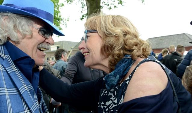 Bennie Jolink en Lia Krol feliciteren elkaar na de onthulling van het standbeeld van de band Normaal        (Tekst en foto's Cees Hoogteyling}