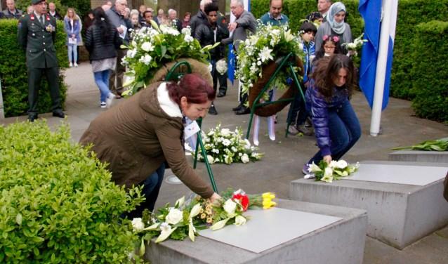 Ook vluchtelingen herdenken. De oorlogen in hun land herinneren aan verschrikkelijke gebeurtenissen.