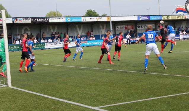 GVVV in een van de sporadische aanvallen op het doel van De Treffers. Een aanval die niets opleverde. Andermaal speelde de Veenendaalse Tweede Divisionist ver onder haar niveau. (Foto: Henk Jansen)