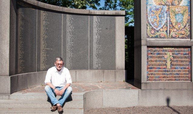 Piet Stroo bij het herdenkingsmonument op de Franse militaire begraafplaats. Bij de ingang van het ereveld ligt het graf van Marielle van 't Hoff-Calou en Phillipp van 't Hoff. Dit echtpaar heeft in 1940 de Franse gewonden  opgevangen en verzorgd.  FOTO: CARRIE FREDERIKS