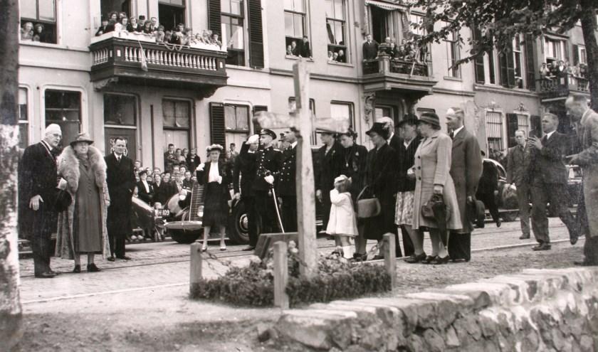 Koningin Wilhelmina bij Houten Kruis aan de IJsselkade. (Foto: Stedelijk Museum Zutphen)