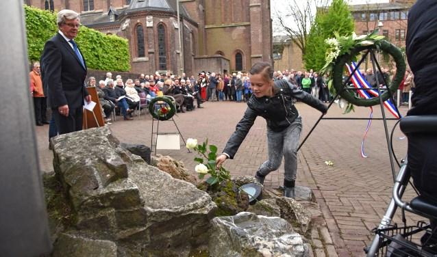 Voor elk oorlogsslachtoffer wordt een roos gelegd bij het herdenkingsmonument in Reusel (foto archief 2017 Jan Wijten)