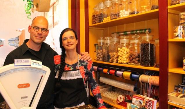 """Marten en Carola Klop: """"""""Het Noord-Beveland chocolaatje moest iets zijn dat ook de Noord-Bevelanders aanspreekt. FOTO: LEON JANSSENS"""