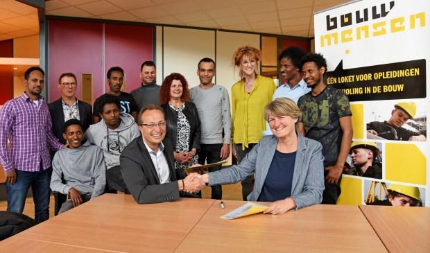 Geert Robben, financieel directeur van Bouwmensen, en Ester Biezen, afdelingshoofd Werk en inkomen van de gemeente Oss.