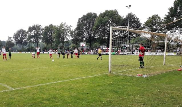 Danny van Raay schoot de beslissende strafschop tegen de touwen. (foto: Jos Janssen)