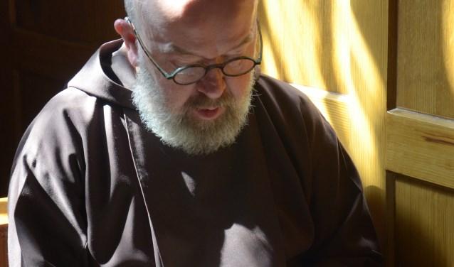 Bertus Bus in het koor van de Kapucijnenkerk.
