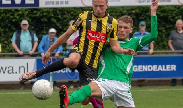 Martijn Veldhuis probeert het een Vitessespeler lastig te maken. Hij en z'n medespelers wisten echter niet te winnen van de aanstaande kampioen. Foto: Wim Busschers