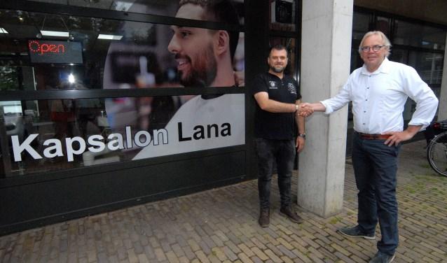 Huub Bens (rechts) draagt na 36 jaar zijn kapsalon over aan Salah. (foto: Tom Oosthout)