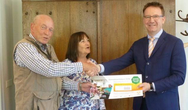 Piet Swager en Yvonne Teunisse overhandigdenhet eerste lot aan burgemeester Patrick van Domburg.