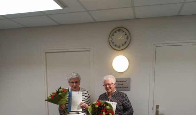 Bets Jansen-Böhmer (links op de foto) en Gerda Bekker zijn door het Rode Kruis in het zonnetje gezet. (foto: PR)