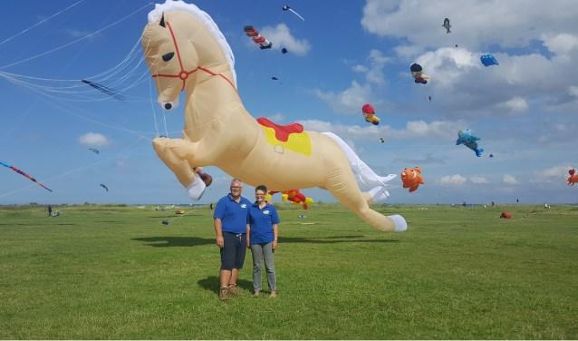 """Herman en Ina Plattje uit Westerhaar hebben laatst op het Hulsbeek geflyerd voor het Vliegerfeest Twente. """"We kregen alleen maar positieve reacties.''"""
