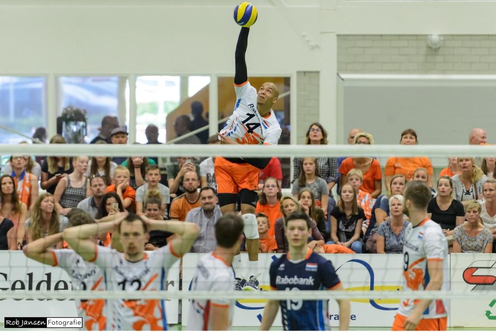 Nimir Abdelaziz produceert met zijn hoge, harde sprongservice weer een ace. (Foto Rob Jansen)  © Persgroep