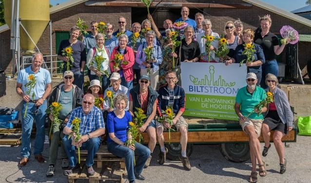 De deelnemers van het eerste Biltstroom project gaan samen op de foto. FOTO: Hans Lebbe