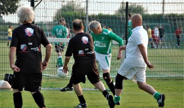 Onder goede belangstelling speelden afgelopen vrijdag de FC Utrecht Oldstars een demonstratiewedstrijd Walking Voetbal in Cothen.