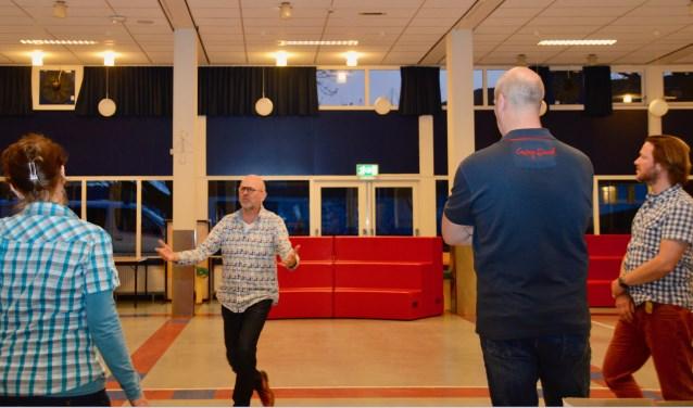 Regisseur Jos Brummelhuis tijdens een repetitie in Oldenzaal