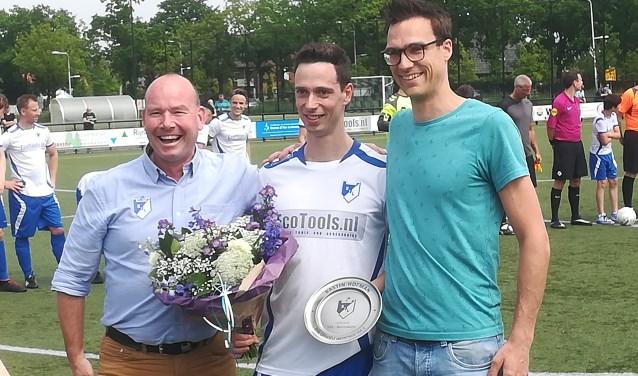 Voorzitter Gerhard Roeterd, Bastin Hofman en Martijn Merkens. Bastin Hofman speelde zaterdag zijn 250ste wedstrijd voor SVL 1.