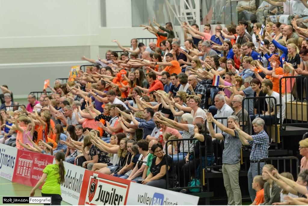 Het enthousiaste Wijchense publiek gaat uit zijn dak. (Foto Rob Jansen)  © Persgroep