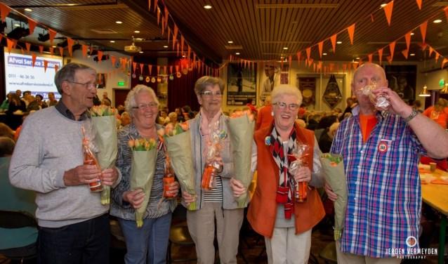 De heren Kooman en Kwist en de dames Dalebout, Linders en Verseput werden in het oranje zonnetje gezet. FOTO: PR