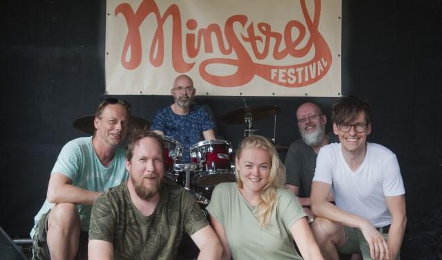 De organisatie van het Minstrel festival. Met linksvoor Erik Tichelaar en Patrick Kuiper achter het drumstel. (foto: Eva Posthuma)