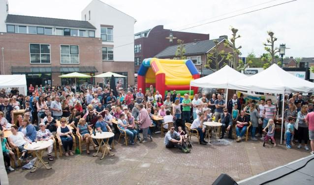 Het publiek vermaakt zich in Beuningen. De Lentefeesten staan binnenkort weer op het programma.