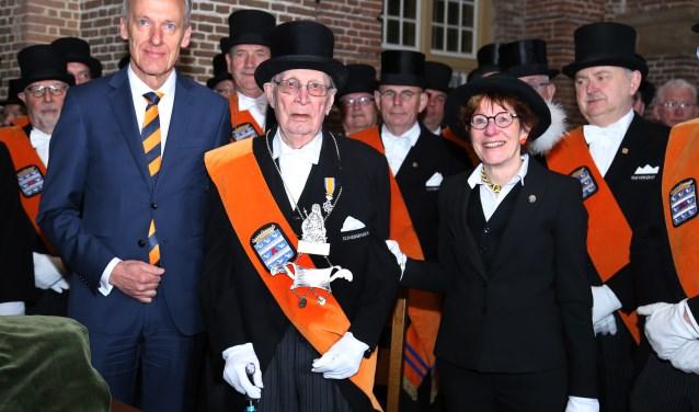 Harry Hendriks met het nieuwe zilver dat zojuist door burgemeester Roolvink en Marie-José Verbeeten is omgehangen, geflankeerd door de Cloveniers. (foto Marco van den Broek)