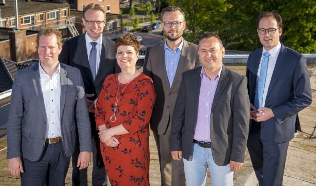 De onderhandelaars die namens de drie partijen onderhandelden over het coalitieakkoord. Vlnr: Arco Strop (CDA), Formateur Peter Verheij (SGP),  Dorien Zandvliet (PvdA), Arjan Kraijo (CDA), Haci Erdogan (PvdA) en Jaco Brand (SGP). (Foto: Cees van der Wal)