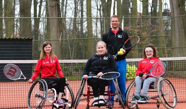 Benthe, Aischa en Laura doen ook aan rolstoeltennissen in Deventer. Op 30 mei is er in Apeldoorn in clinic. (foto archief)