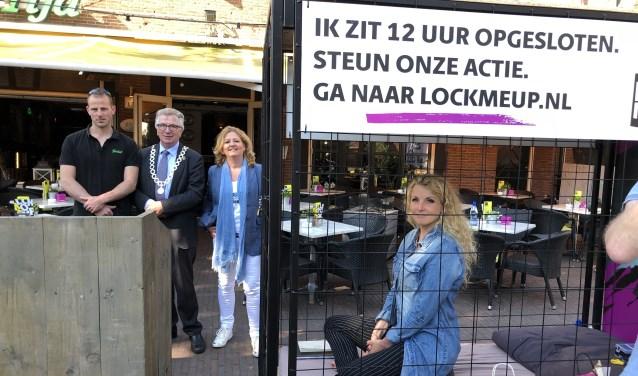 Remco van Dijk (Café de Tijd), burgemeester Geert van Rumund, organisatoren Hannie Preuter en Linda Lingbeek (in de kooi).