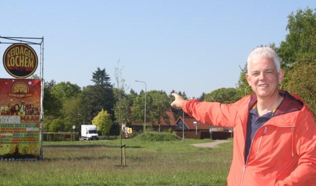Rondom Lochem zijn hoge stellages geplaatst met de aankondiging voor de 5 Keidagen in Lochem. Voorzitter Keidagen, Ger Jan Vorkink heet iedereen van harte welkom. (Foto: Arjen Dieperink)