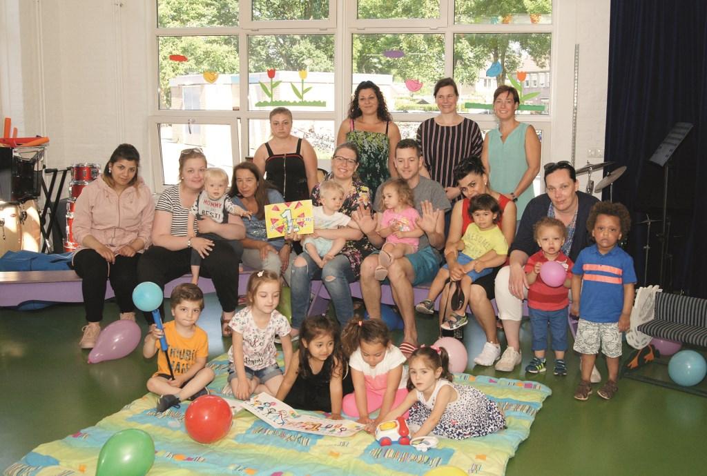 Ouders en kinderen hebben het iedere dinsdagochtend gezellig samen bij het Baby Peuter Café Westervoort in IKC De Hoge Hoeve.