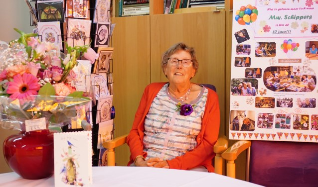 mevrouw Schippers heeft bloemen, kaarten en foto's gekregen. FOTO: Ellis Plokker