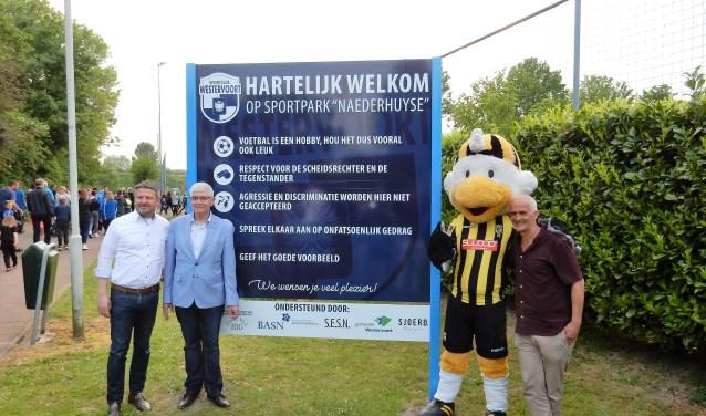 Het nieuwe bord bij de ingang van het sportpark. Vlnr: Paul Jakobs, Hans Breunissen, Vito en John Kemper.