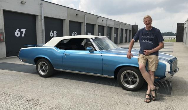 Louis Stroomer poseert met zijn Oldsmobile Cutlass Supreme uit 1972. Hij is de wagen, die hij in de Verenigde Staten heeft gekocht, helemaal aan het restaureren en is inmiddels ver klaar met het project.