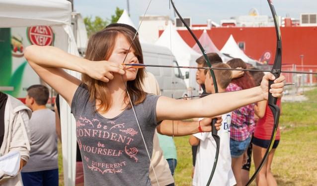 Tijdens het Spel zonder Grenzen mag het publiek gratis meedoen met boogschieten en andere spellen.