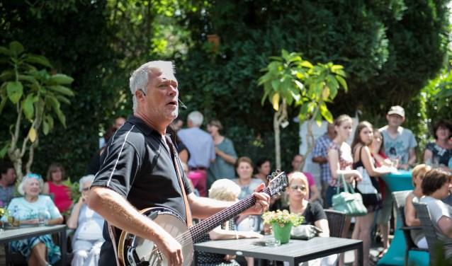 Muzikant Ken Bamiloff speelt bij de opening van het terrasseizoen. Foto: Luuk Aarts