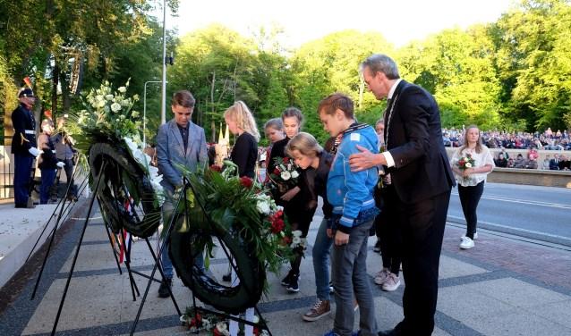 Burgemeester Hans van der Pas legt een krans met schoolkinderen. Foto: Max Timons