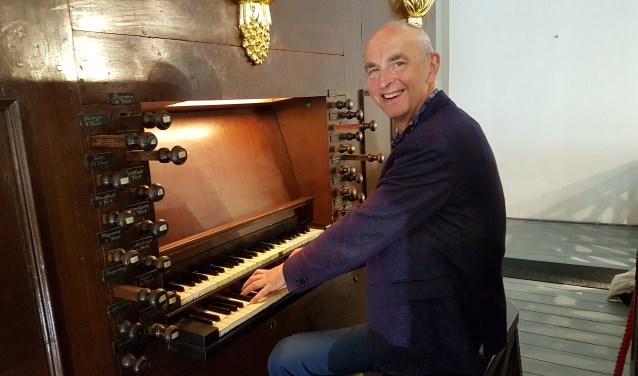 Rik Elings bij het orgel van Waanders in de Broeren. (foto: Alie de Vries)