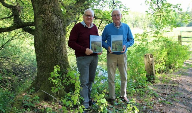 Jan Poorthuis en Jan Ensing presenteren met trots hun boek over Dinkel en zijn ondertussen druk bezig met deel 2.