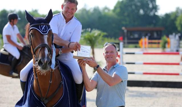 22WLG-Eric Morssinkhof overhandigt Wout-Jan van der Schans de PSC Lichtenvoorde Trofee vanwege de zege in de 1.40m Grote Prijs op D'Angelo.
