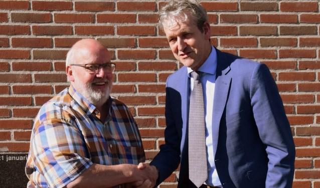 Rijnweekvoorzitter Henk Knoppert met burgemeester hans van der Pas. (Foto: Lara van Gelderen)
