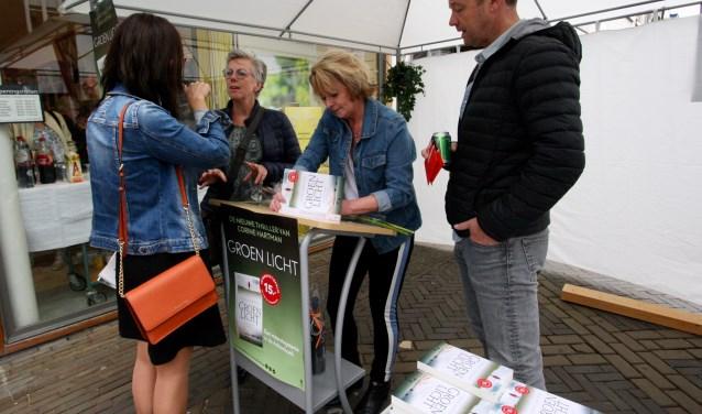 Schrijfster Corine Hartman signeert haar uitgekomen boek Groen licht in Doetinchem bij Raadgeep & Berrevoets.